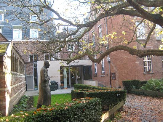Hotel Residentie Elzenveld: Through the gates to the main entrance of the hotel