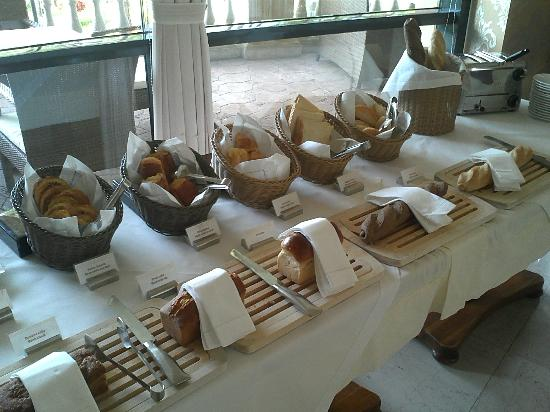 Dalat Edensee Resort & Spa: Breakfast spread - Bread Counter
