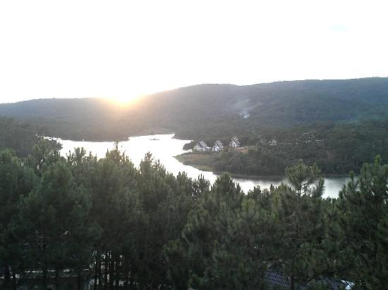 Dalat Edensee Resort & Spa : The magnificent view of the Tuyen Lam lake from the Rooftop Terrace