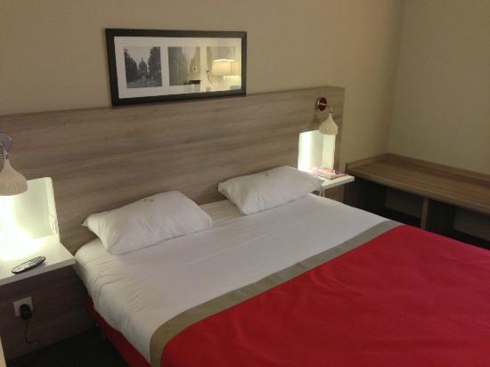 Kyriad Versailles - Saint Cyr L'Ecole : Tête de lit agréable