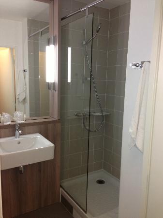 Kyriad Versailles - Saint Cyr L'Ecole : Grande douche mais peu de pression
