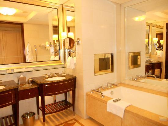 Four Seasons Hotel Macau, Cotai Strip: 浴室內的小電視兒子愛到不行