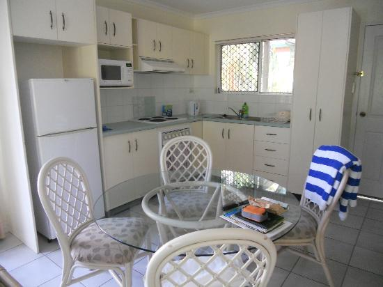 Koala Court Holiday Apartments: The kitchen/dining area