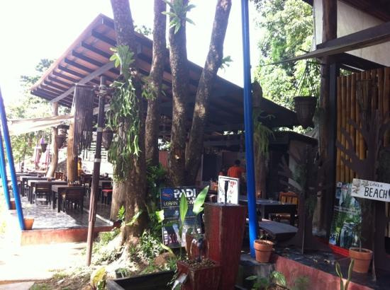 LaLaanta Hideaway Resort: breakfast room between reception and bar