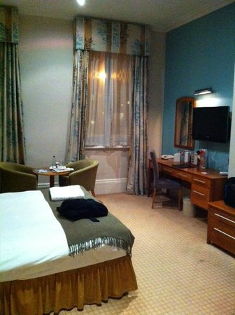 The Park Hotel: Spacious room with tall ceiling