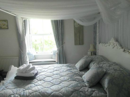 Bod Gwynedd Bed & Breakfast: The bedroom and window 