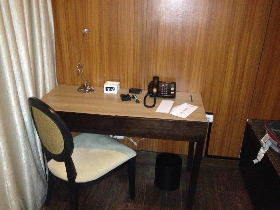 โกลด์เบอรี่ย์ สวีท & โฮเทล: Desk