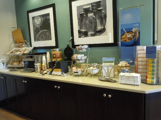 Hampton Inn & Suites by Hilton - Miami Airport / Blue Lagoon: Breakfast buffet