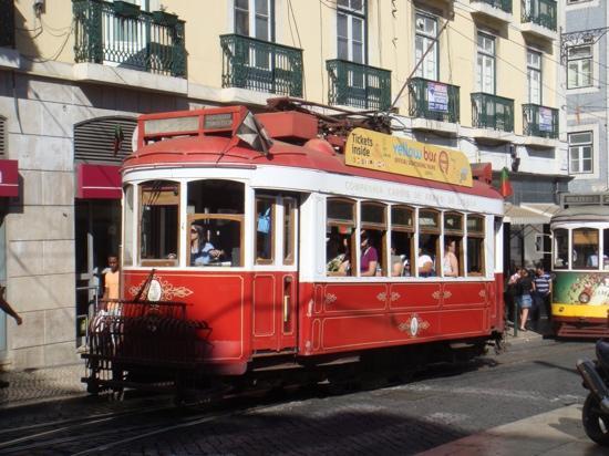 Altis Avenida Hotel: Em Portugal não deixe de passear no eletrico