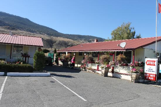 Sage Hills Motel: view from outside