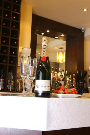 Nicky's Fish Bar & Restaurant: Champagne on the Bar