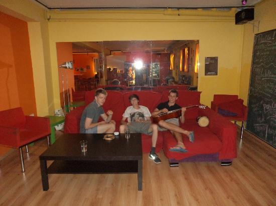Yellow Nest Hostel Barcelona: some golden kids