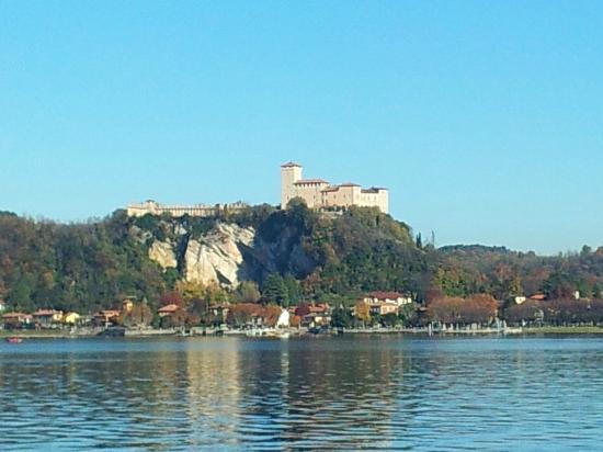 B&B Ori Villa Oriana: Rocca di Angera vista  da Arona