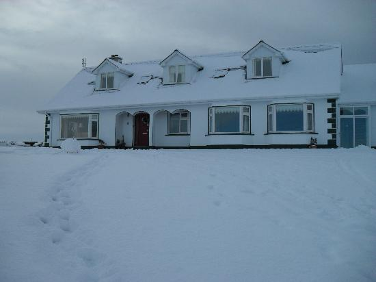 Ardlenagh View: View of Guesthouse in Winter snow