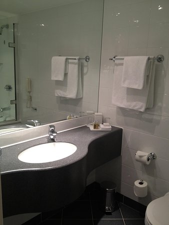 Sofitel London Gatwick: Bathroom view