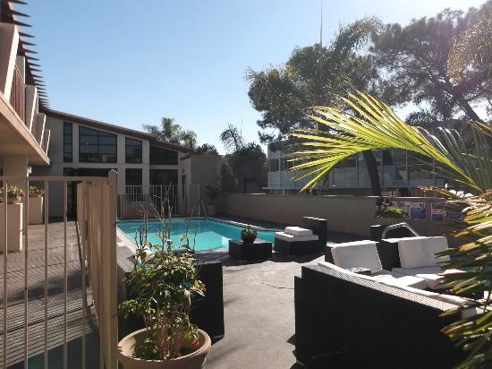 Holiday Inn Express Solana Beach/Del Mar: Pool, jacuzzi, sitting area to relax and enjoy
