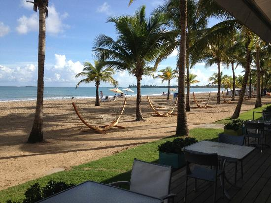 Courtyard by Marriott Isla Verde Beach Resort: View of beach & hammocks from outdoor dining area