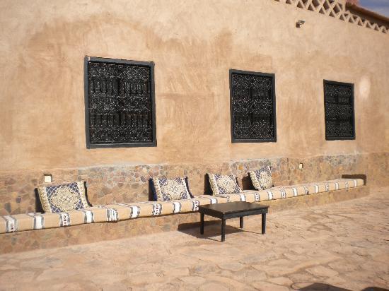 Auberge La Terrasse des Delices: petite terrasse très agréable pour prendre le soleil