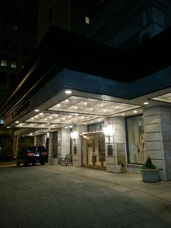 The Hotel Majestic St. Louis: Front Entrance
