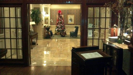 The Hotel Majestic St. Louis: View fof Lobby from Mahogany Grille