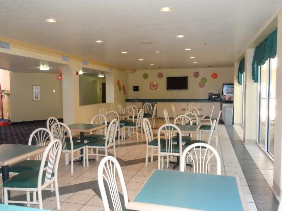 Howard Johnson Inn and Suites Central San Antonio : Breakfast Area