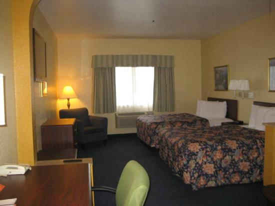 Howard Johnson Inn and Suites Central San Antonio: Guest Suite- 2 Queen