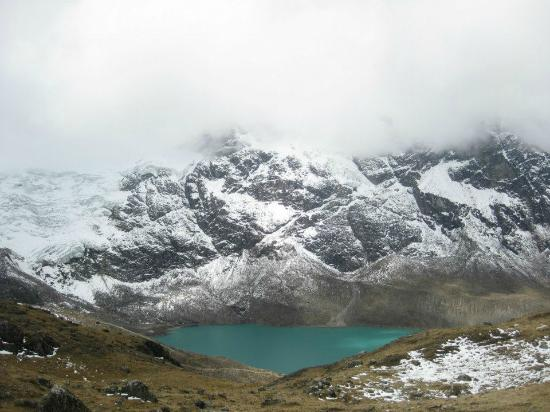 Vista de lejos del nevado y la laguna artificial durante for Construir laguna artificial