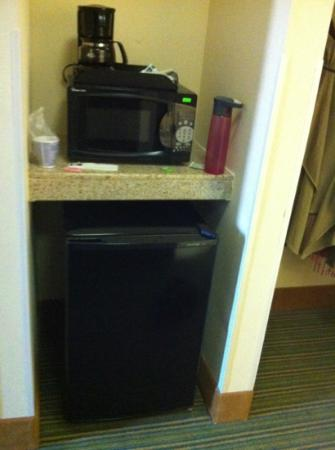 Holiday Inn Express Downtown Richmond : coffee maker, microwave, mini fridge