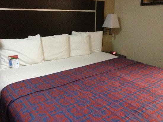 Red Roof Inn - Chattanooga Airport: King-sized bed