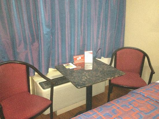Red Roof Inn - Chattanooga Airport: Small table and chairs