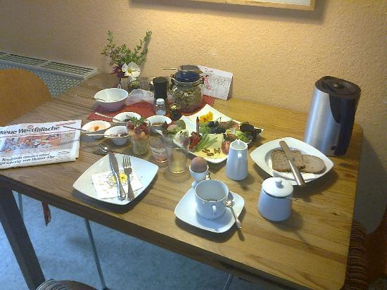 Pension Famos : der liebevoll und reichhaltig gedeckte Frühstückstisch (nachdem ich fertig/satt war...)