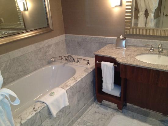 Mandarin Oriental, Washington D.C.: Spacious bathroom with separate tub and shower