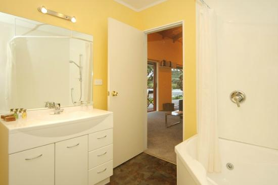 Sanctuary in the Cove: Cottage bathroom