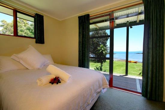 Sanctuary in the Cove: Pohutukawa cottage main bedroom