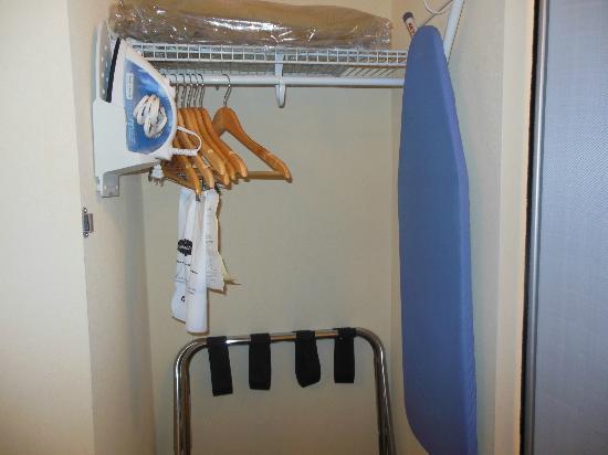 Hampton Inn South Kingstown - Newport Area: lowered closet pole