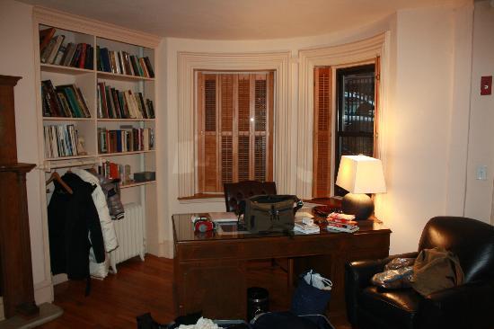Montgomery Place: La scrivania e la libreria di fronte al letto king size