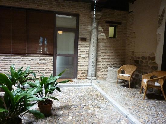 Apartamentos turisticos Casas de los Reyes: внутренний дворик