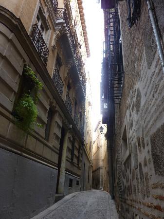 Apartamentos turisticos Casas de los Reyes: одна из улочек Толедо
