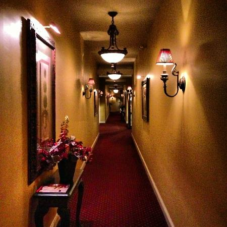 The Inn at Leola Village, Lancaster: Hallway to my room