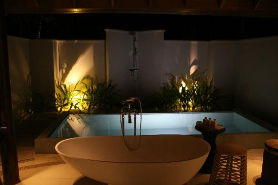 Dusit Thani Maldives: Open air bathroom of beach villa