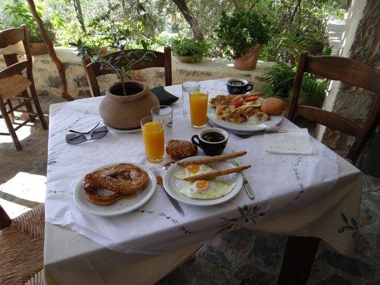 Eleonas:                   Petit déjeuner à volonté et large choix de produits de qualité