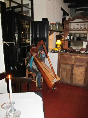 El Albergue Ollantaytambo: Harp player at dinner time