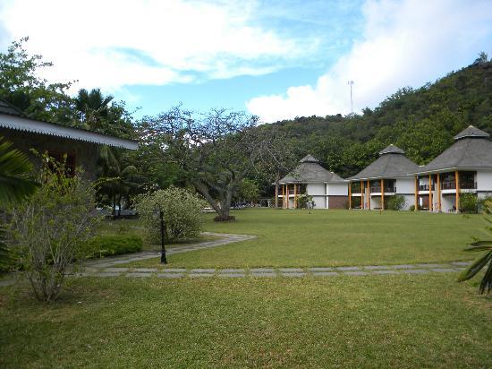Le Domaine de La Reserve: Vista del prato centrale e di alcune camere