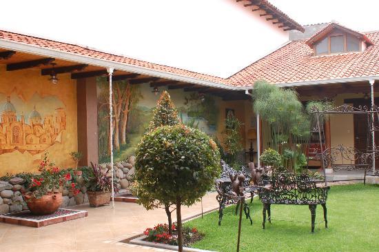 Hotel San Juan: Courtyard 