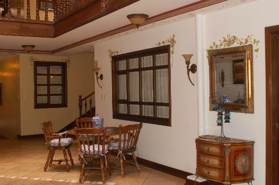 Hotel San Juan Cuenca Ecuador: Area between lobby & courtyard