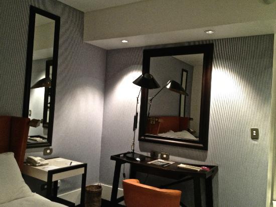 โรงแรมปูลิทเซอร์บัวโนสไอเรส: View of the desk
