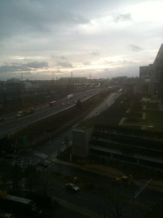 Stamford Marriott Hotel & Spa: View from room of I-95 traffic