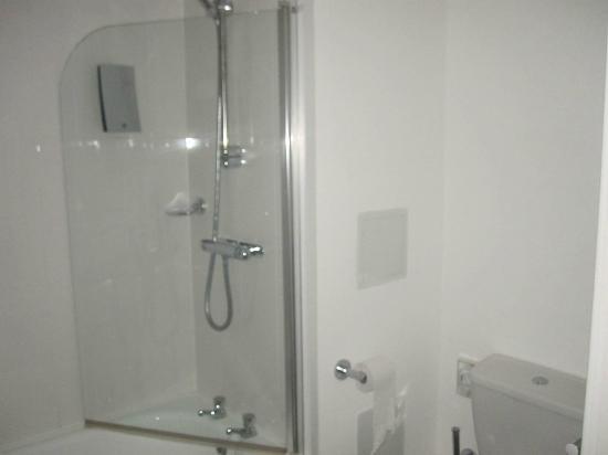 PREMIER SUITES Birmingham: bit of bathroom