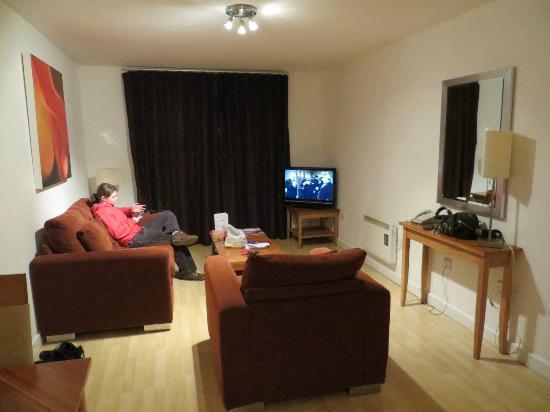 PREMIER SUITES Birmingham: living room