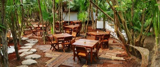 Restaurare: dinning room in a pal chit garden